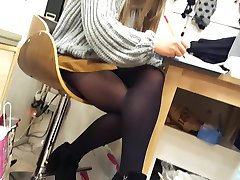 Gf's hot upskirt pantyhosed gambe, pubblico