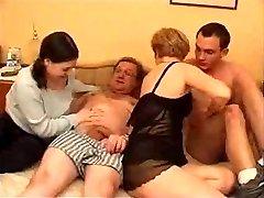 Coppia matura con giovane coppia a letto