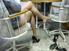 Pernas em meia-calça e bombas