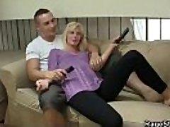 On dělá její slutty GF jezdit jeho penis tvrdý