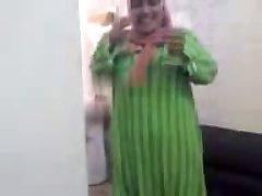 Nobriedis Arābu Hijab Slampa Nepieredzējis Gailis un izģērbtu viņas drēbes