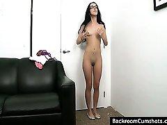 Gorąca amatorskie brunetka z małymi cyckami pieprzy się na kanapie na słuchanie