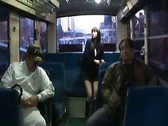 الفتاة اليابانية لطيف في داخل الحافلة