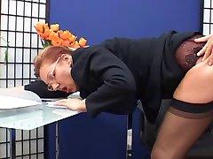 Elegancki starsza sekretarka pieprzy