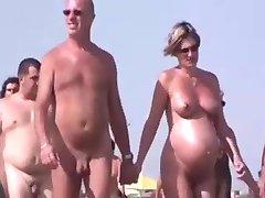Šetači na plaži Нудистском