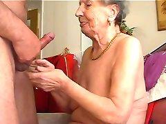 Granny piace suonare il flauto 1
