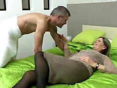 Sexy nonna succhiare e scopare ragazza fortunato