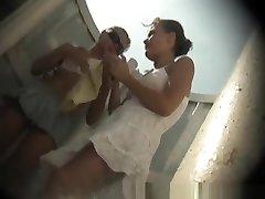 dvije mlade uhvaćen u plaže kabini mijenja