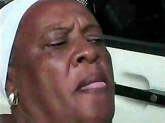 Oma Ebony 68 y Oude fuckin tiener bbc