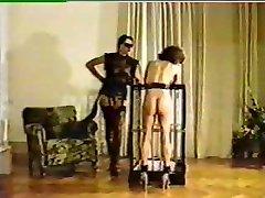 Elskerinne torturerer og merkevarer nye kvinnelige slave