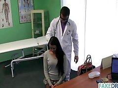 Brunette babe gets ji lékař v prdeli