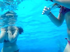 Gros seins a la piscine  Big boobs at pool