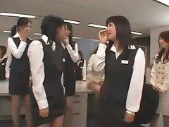 Asiatische CFNM Kerl wichst im Büro