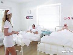 Zločesta Sestra Jenny Simons Tretira Dva Pacijenta