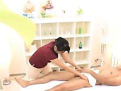Subtitled CFNM Japans Masseurin mit masturbieren client