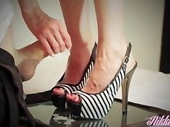 Sis in law's dry feet needs some thick spunk to massage them!