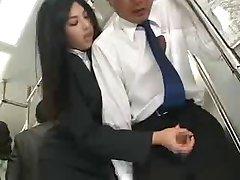 Azjatycki masturbuje się w publicznym autobusie