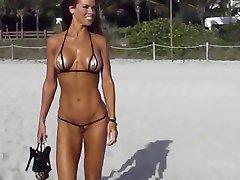 Ekstremalne krótkie wiersze камелтое bikini na plaży