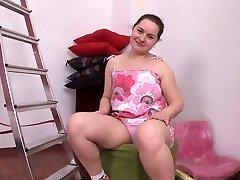 pulchna brunetka dziewczyna masturbuje się jej ogolone cipki