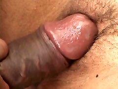 Petite latina se pone de rodillas, garganta profunda carne negra
