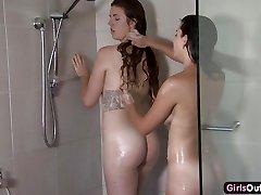 Amatør lesbisk dusjing og fingering