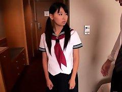 Japonés colegiala Airi Sato golpeado por varones mayores