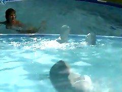 Lesbianas en la piscina