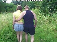 kaksi tyttö imee munaa puistossa