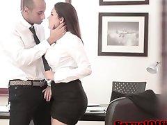 חמוד איטלקי המזכיר מקבל את השפיך על ידי הבוס