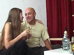 Lepo mlado dekle z starejši moški