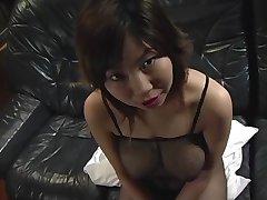 Doječe asian chick stisne a tiča med njene velike joške