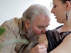 Tonåring knullas av en gammal man, medan hennes pojkvän klockor