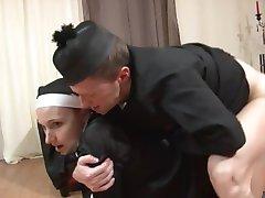 Kåta nunnor behöver en knytnäve i sin fitta och en kuk i sin röv