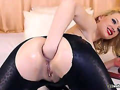 Camgirl msturbates anus and pussy on webcam