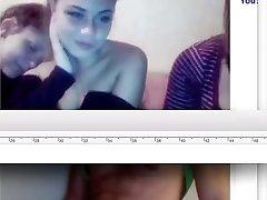वेब कैमरा में तीन महिलाओं को देख