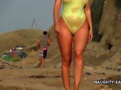 सरासर स्विमसूट और समुद्र तट पर नग्न
