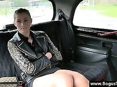 חרמנית מונית חובבן בייב הצביע על ידי נהג מונית