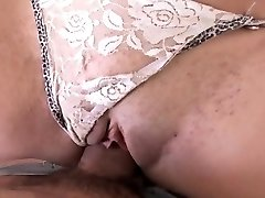 Sexy morena se la follan y se la chupa