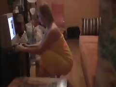 chica biendo porno se masturba