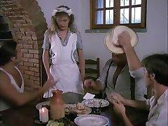 सींग का बना हुआ महिला वेटर के साथ वास्तव में तीन लंड आनंद मिलता है