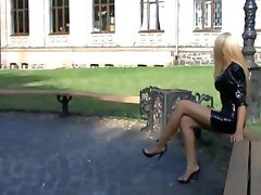 lijepa plavuša uđe u parku