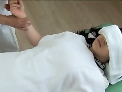 Prekrasna Япончик dobiva pijan u kinky uhoda masaža isječak