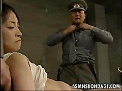 Japonês garota pressionado e recheado com gordura paus