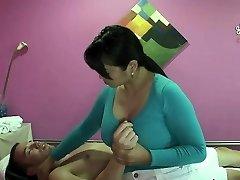 Asiática Massagista Dá A Massagem Erótica Para O Cliente