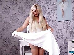 Baculatá blondýnka Lizzie sundá oblečení a tance