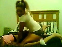 年轻的女孩,猫摔跤作的女朋友很烂家伙在旁边的房间