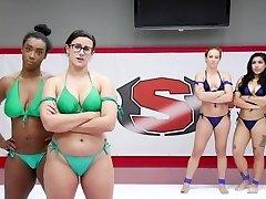 4美女摔跤在现场观众面前!