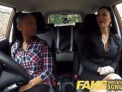 Falešné autoškola busty ebony selže její test s lesba