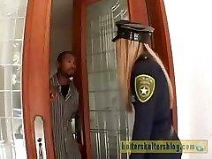 讨厌奶油色皮肤的警官获取她的性处罚