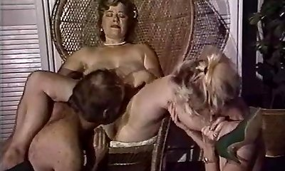 Plump mom gets her cooch fisted by friends